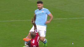 Young casi lesiona de nuevo a Agüero, pero el árbitro no cobró el penal
