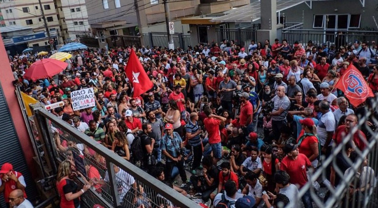 Los manifestantes impidieron la salida de Lula
