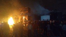 Incidentes en el recital de Viejas Locas: no tocaron y los fans prendieron fuego el escenario