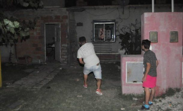 Los vecinos destrozaron la casa de los menores detenidos por el caso