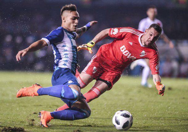 Lautaro Martínez encara y Armani le sacará una vez más el grito de gol de la boca<br>