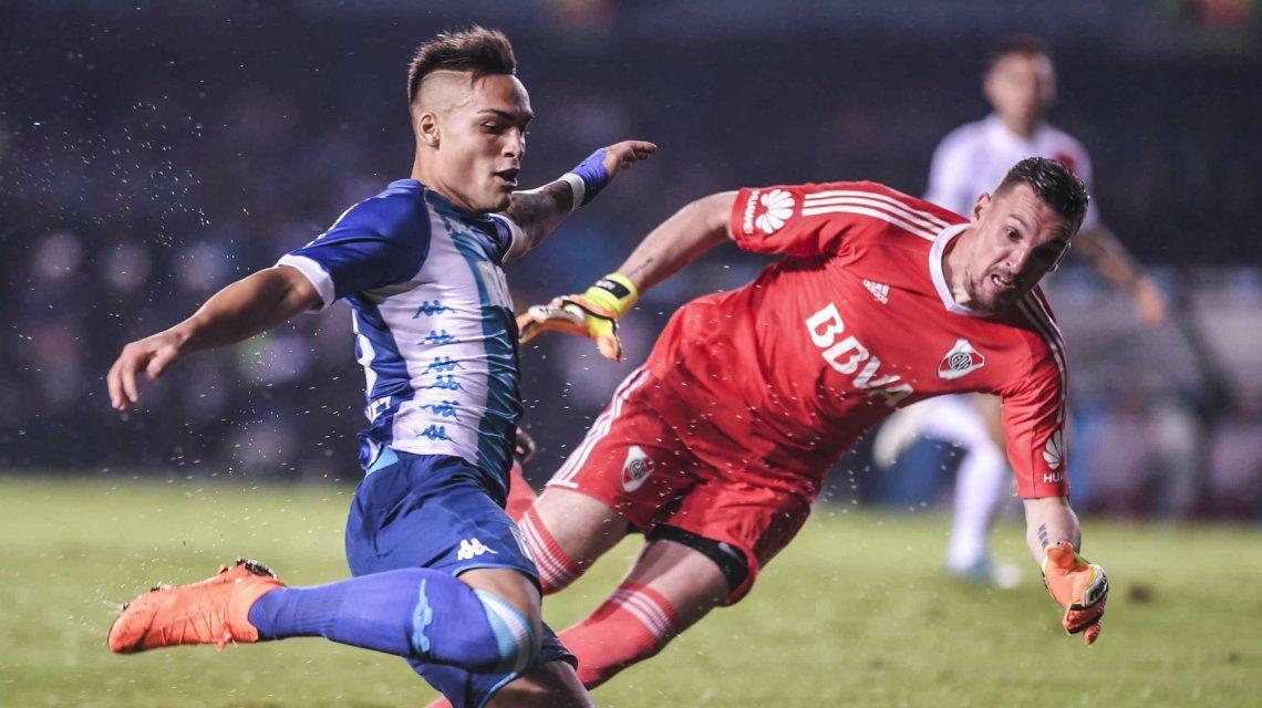 Lautaro Martínez encara y Armani le sacará una vez más el grito de gol de la boca