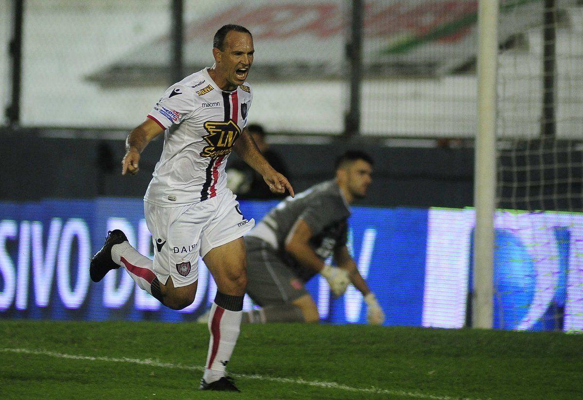 Mauro Matos celebra el primer gol de Chacarita ante Estudiantes