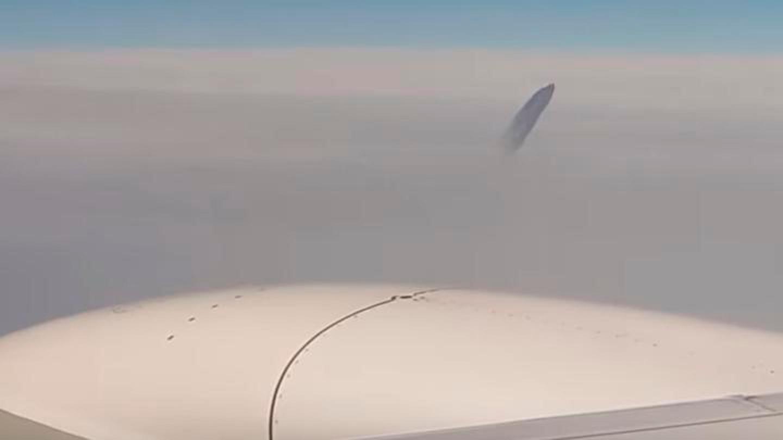 VIDEO: Filmaron un objeto extraño desde un avión en vuelo