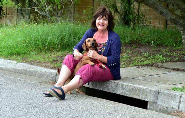 Charmaine y su perro, George, encontraron a la bebé abandonada en una boca de tormenta