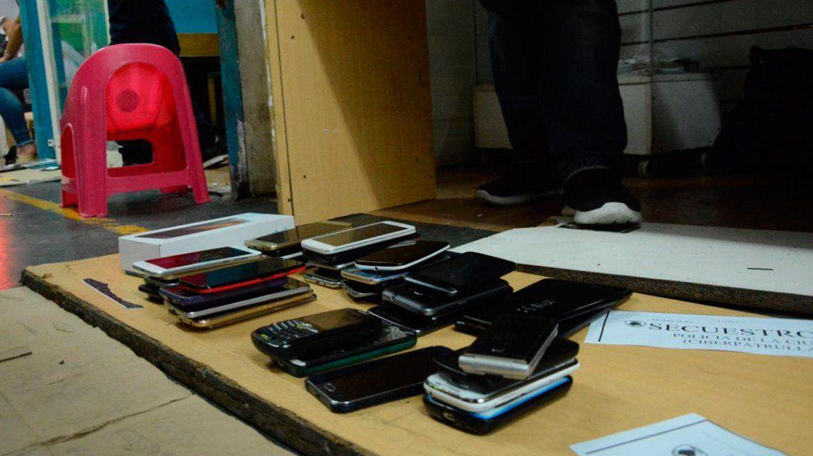 Allanaron un local de Once que vendía celulares robados de Lollapalooza