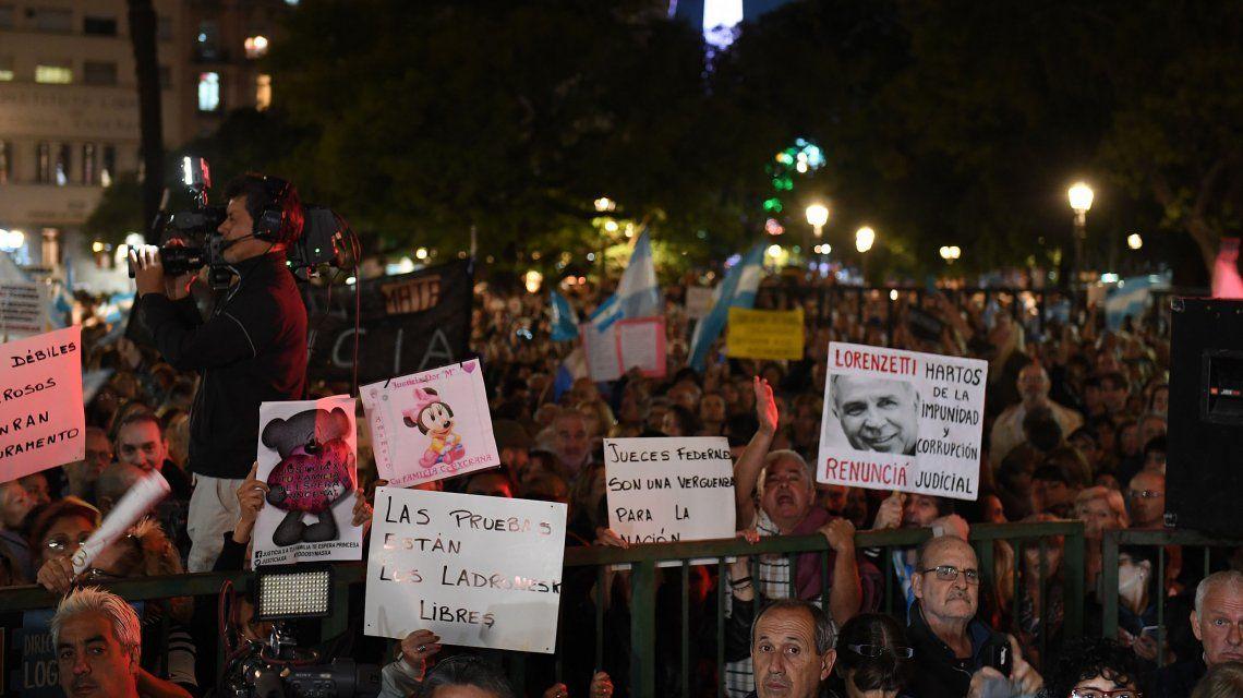 Cientos de personas protestaron frente a Tribunales para protestar por la liberación de Cristóbal López