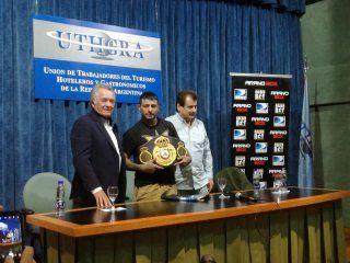 con un campeon mundial al lado, barrionuevo hizo su primera promesa como lider del pj