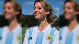 Una modelo presentó la remera de la Selección femenina y una jugadora explotó