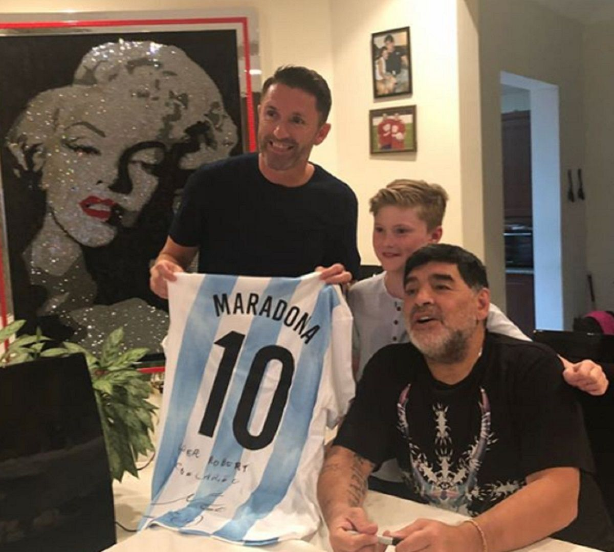 Diego Maradona junto al jugador Robbie Keane y su hijo
