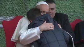 Francisco abrazó y consoló al nene de 10 años