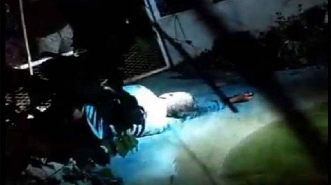 Lincharon a un violador y lo encerraron con cocodrilos