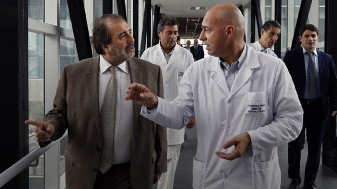Rául Alejandro Ramos (izquierda) cuando era funcionario junto con autoridades del Hospital Posadas.