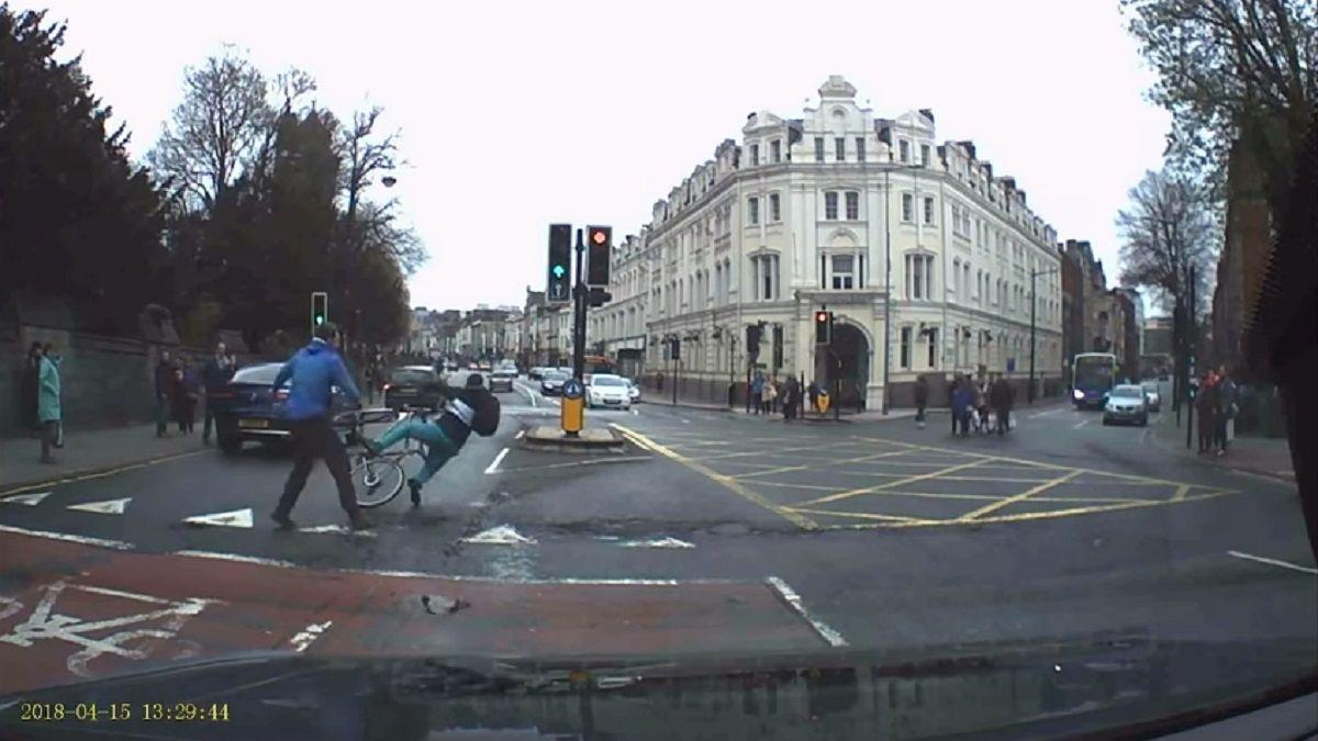 Un peatón tacleó al ladrón y lo tiró de su bicicleta; la policía lo atrapó