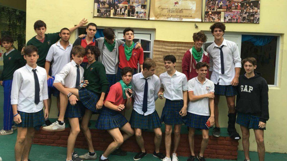 Fueron en pollera al colegio en reclamo por un pedido machista de los directores a sus compañeras