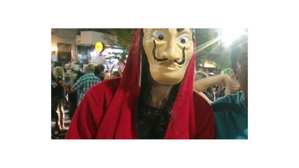 Las máscaras de La Casa de Papel se metieron en la protesta contra el tarifazo