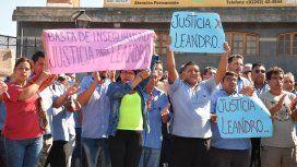 {alttext(Velatorio de Leandro Alcaraz, el colectivero de la línea 620 asesinado,#TodosSomosLeandro: convocan a una marcha a una semana del asesinato del colectivero)}
