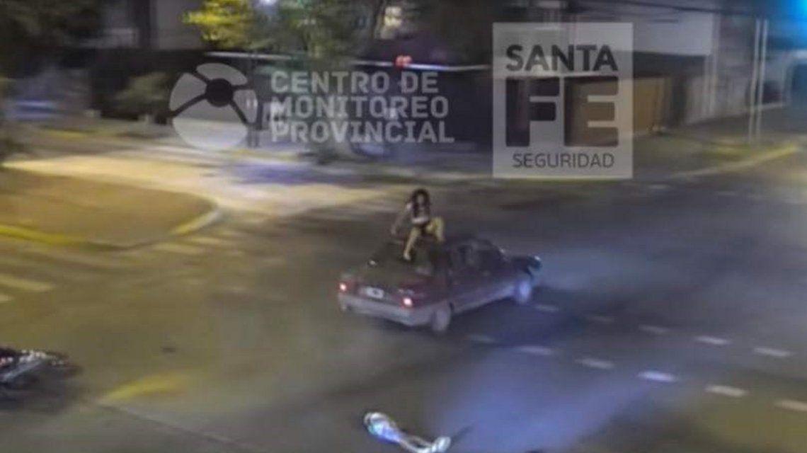 VIDEO: Chocó, voló y quedó sentada en el techo de un auto