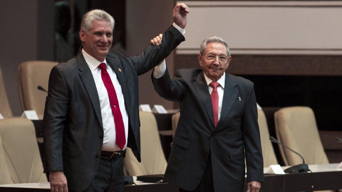 Raúl Castro le levanta la mano a Miguel Díaz-Canel