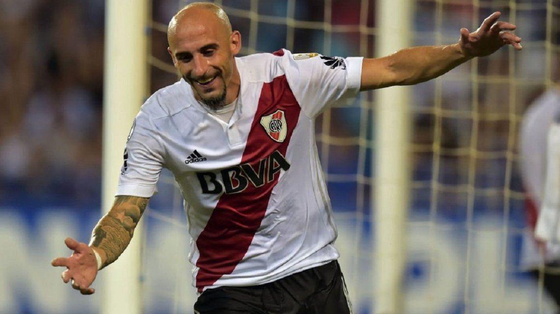 Javier Pinola celebra su gol ante Emelec