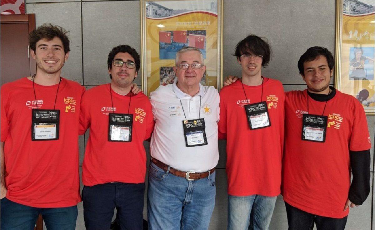 {altText(Los integrantes de #GraciasDemetrio - Crédito: @famaf_unc<br>,Mundial de programación: el equipo de la Universidad de Córdoba le ganó al de Harvard)}
