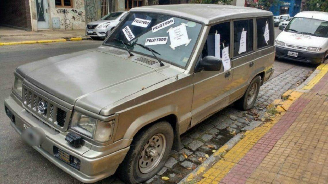 El auto quedó intervenido artísticamente por un vecino muy molesto