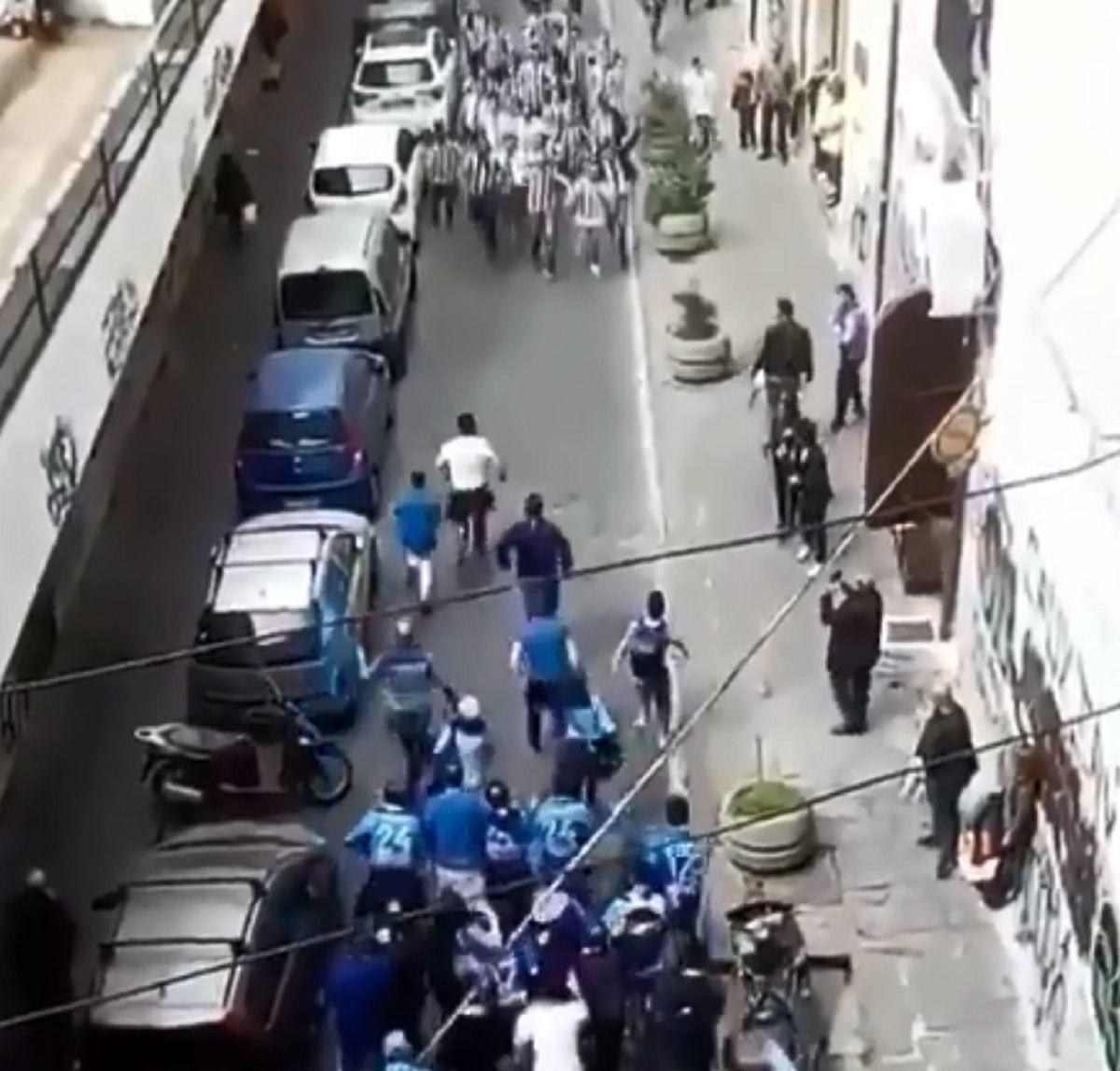 Las hinchadas de la Juventus y el Nápoli se cruzaron en un callejón...¡y pasó esto!