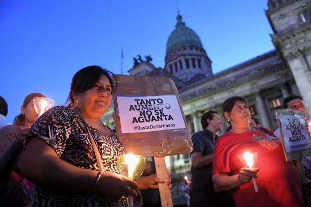 Marcha de velas en contra de la suba de tarifas de los servicios públicos, en la zona del Congreso Nacional.