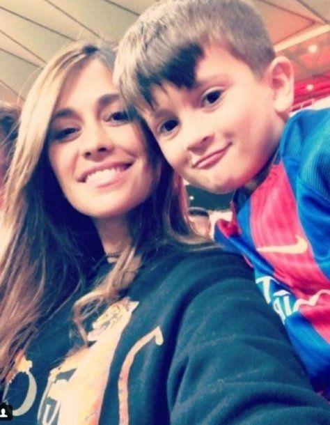 Antonella y Thiago en la tribuna durante el partido