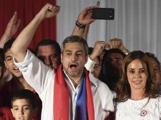 Mario Abdo Benítez celebra con sus partidarios su victoria