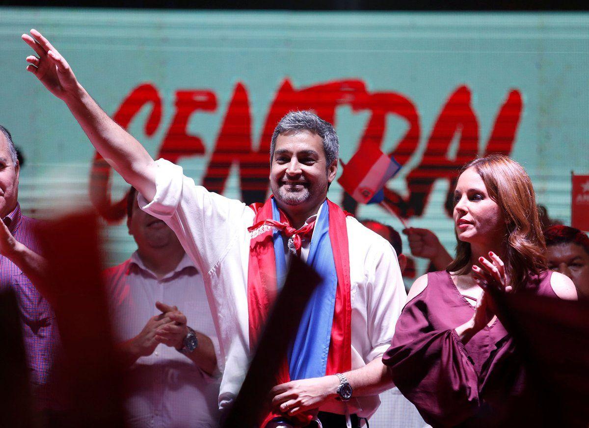 Mario Abdo Benítez celebra su victoria