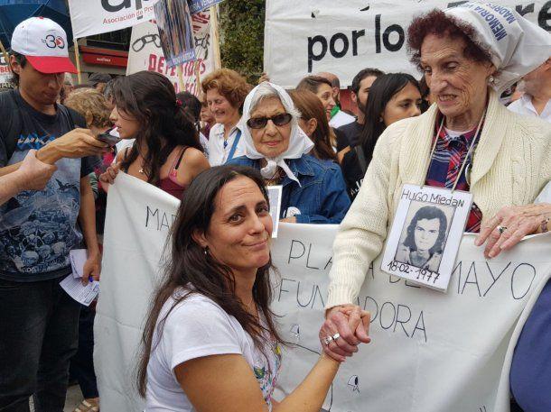 Carla Lacorte con las Abuelas de Plaza de Mayo<br>