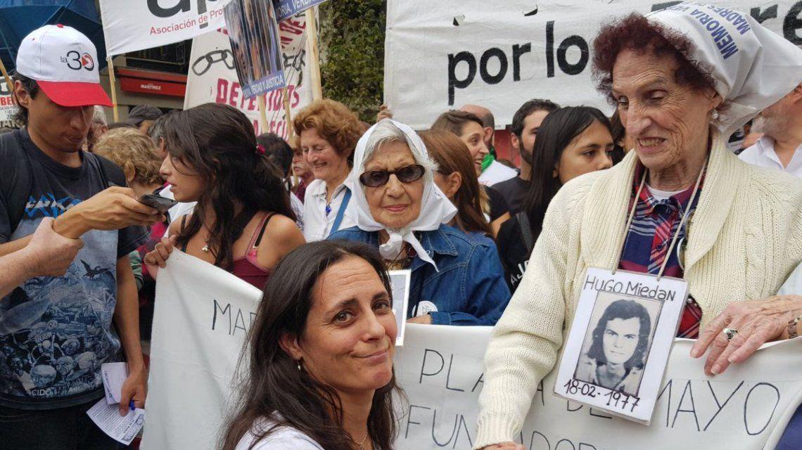 Carla Lacorte con las Abuelas de Plaza de Mayo