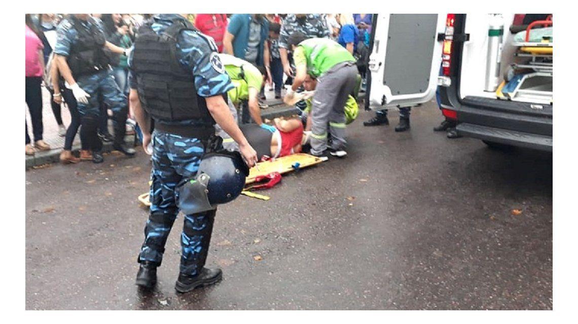 Locura en La Plata: atropelló a una manifestante en una protesta y se fugó