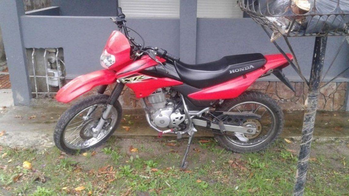 La moto en la que la pareja asaltó al jubilado en su casa.