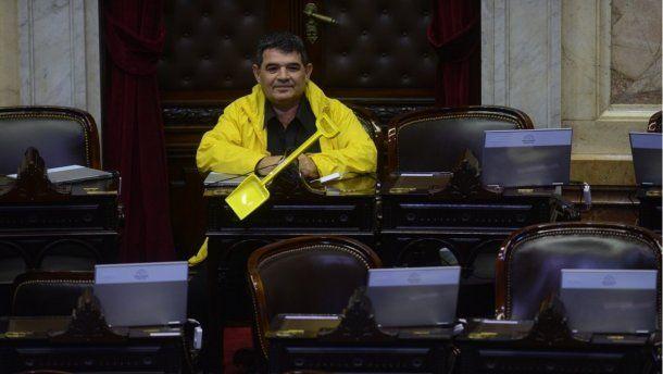 <p>Alfredo Olmedo en el recinto, con una pala amarilla</p>