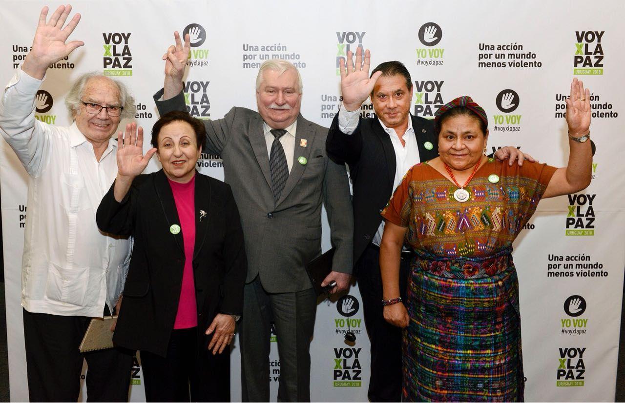 Whpei (cuarto desde la izquierda) junto a los nóbeles de la Paz Esquivel