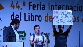 Manifestantes irrumpieron en la Feria del Libro cuando exponían dos ministros.