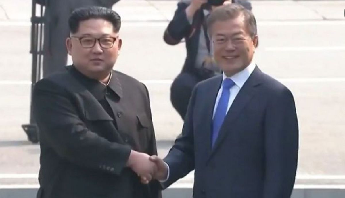Kim Jong-un y Moon se saludaron durante la cumbre de las Coreas.