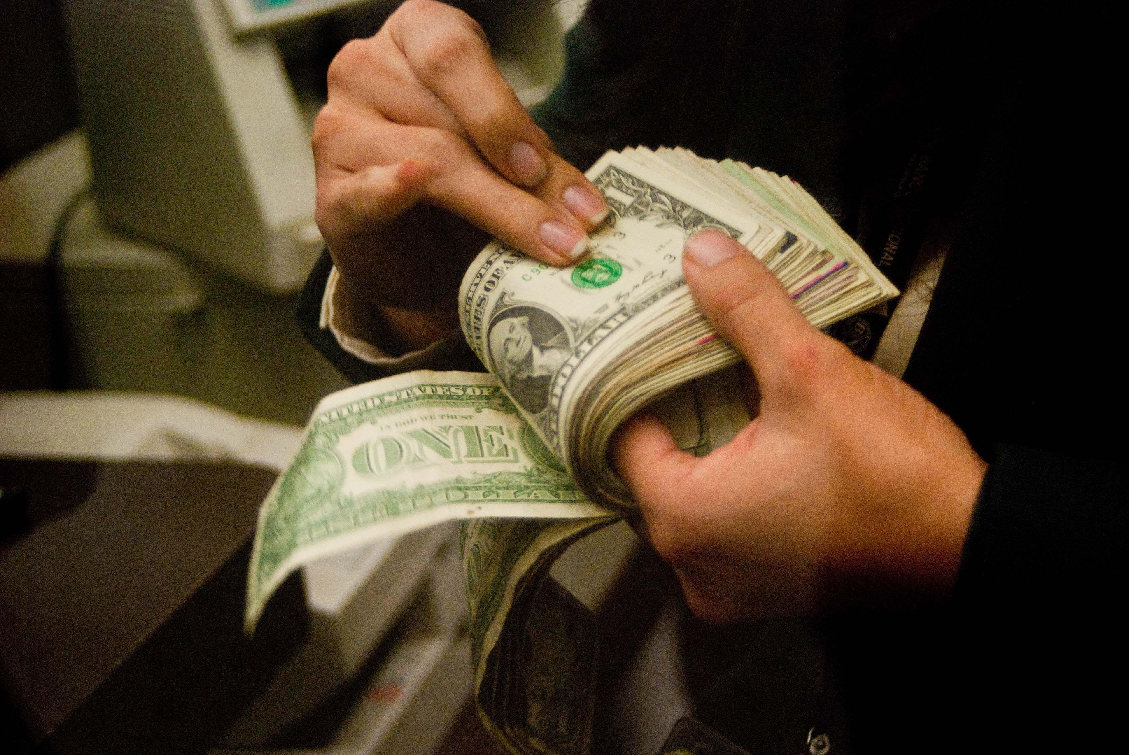 En plena conferencia de Dujovne, abrió el dólar y bajó a $22,60