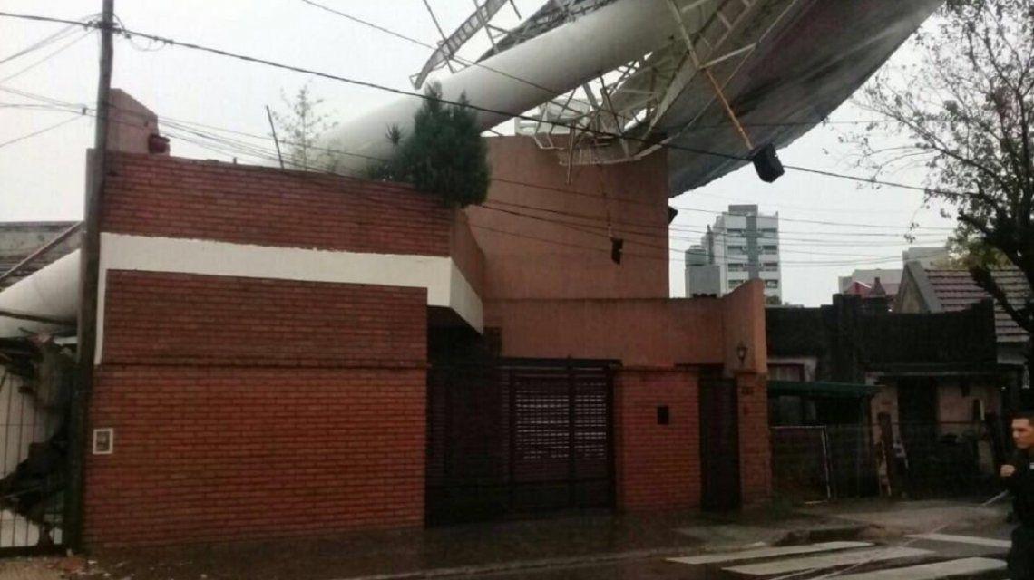 Feroz tormenta en la Ciudad: inundaciones, voladura de techos y cortes de luz