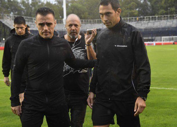 El árbitro Facundo Tello decidió suspender el partido<br>