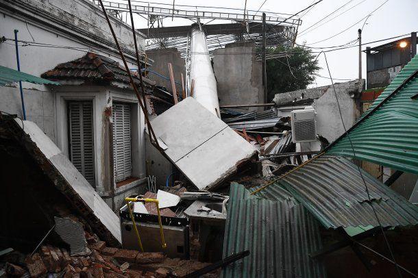 <p>Un cartel se desplomó sobre una casa por la tormenta el domingo</p>