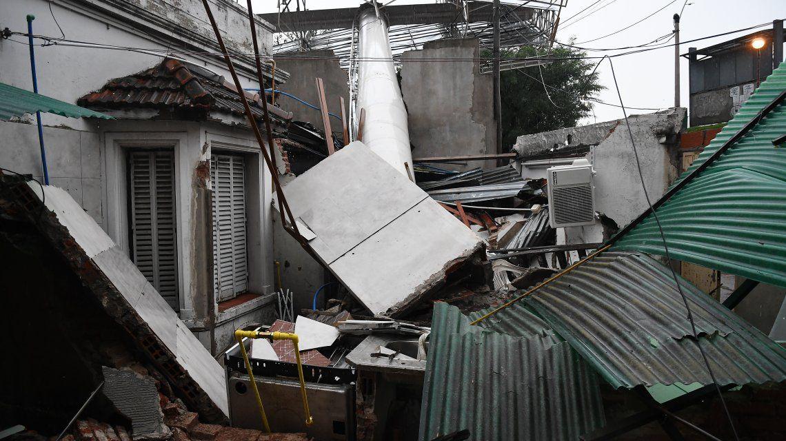 Un cartel se desplomó sobre una casa por la tormenta.