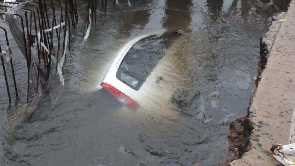 El auto estaba con techo hacia abajo cuando volcó en el pozo