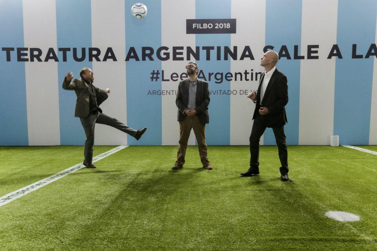 Manguel no se halló a gusto con la decoración del stand de Argentina en la Filbo 2018