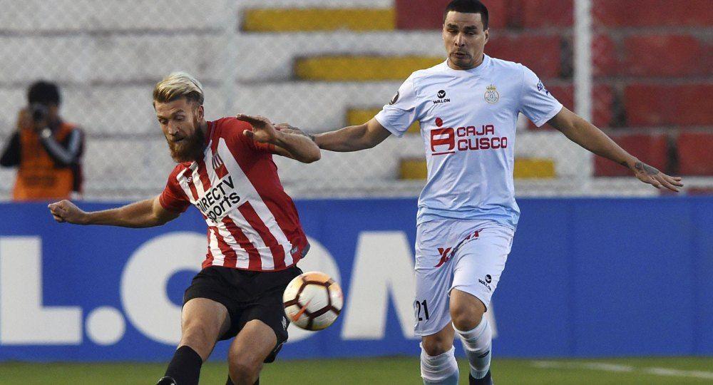 Schunke pelea por la pelota en Perú