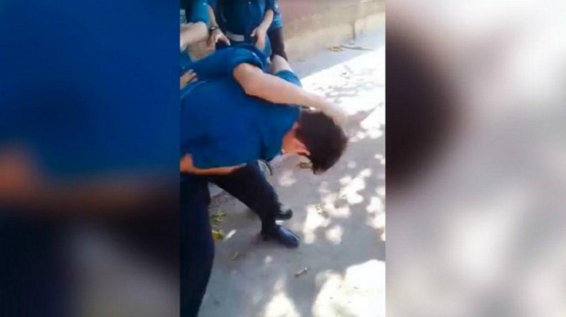 VIDEO: Brutal pelea entre dos alumnos en la puerta de un colegio de San Juan