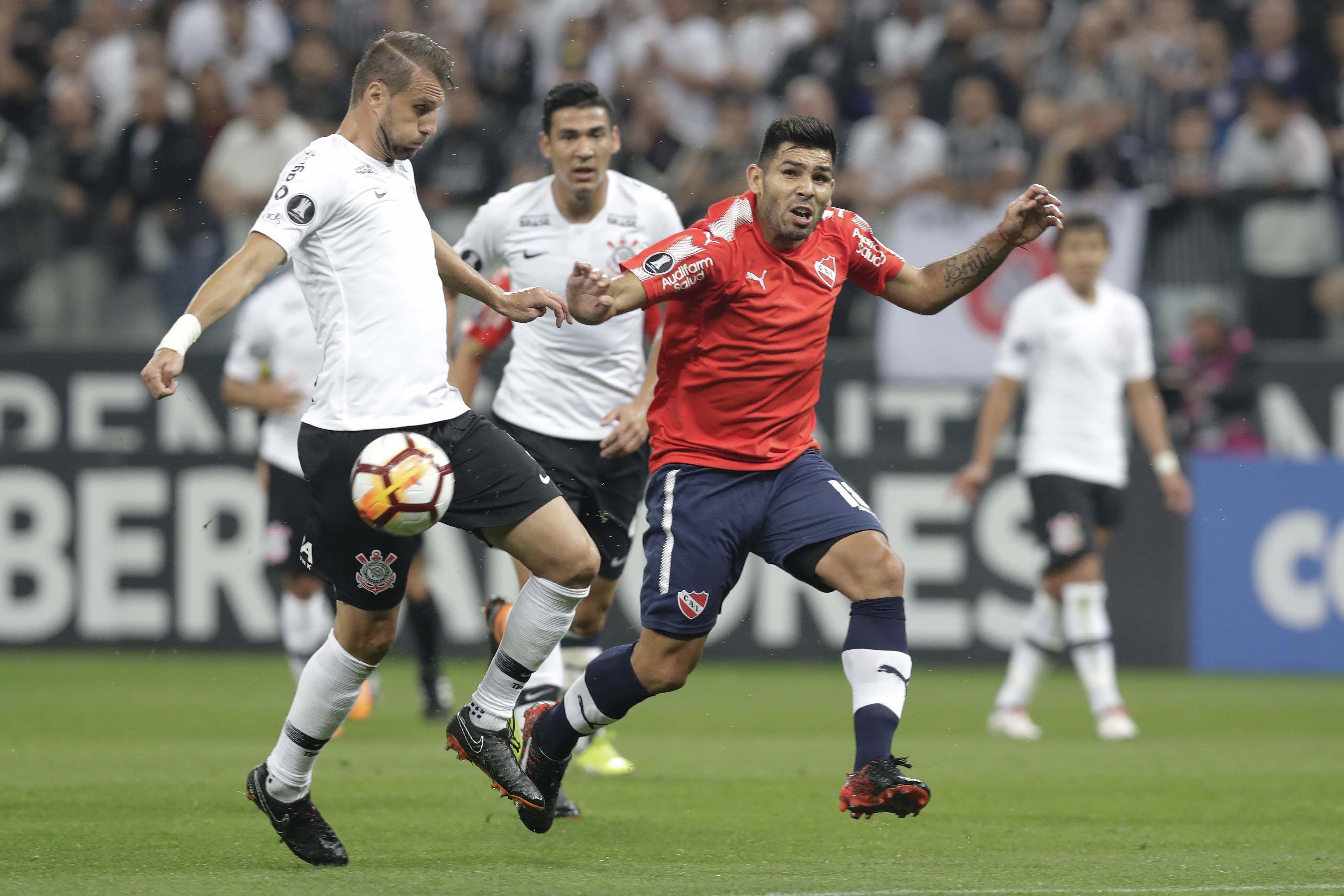 Silvio Romero no marcó pero complicó a toda la defensa de Corinthians
