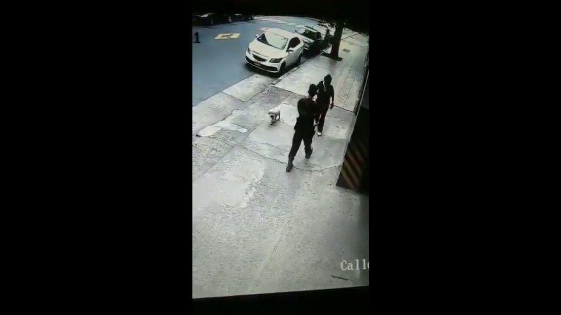 Así atacaba la mujer al policía en Caballito